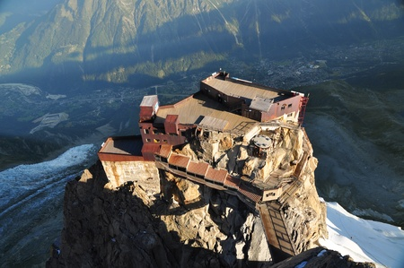 mont: Looking down on Aiguille Du Midi cable car station, Chamonix, France Stock Photo
