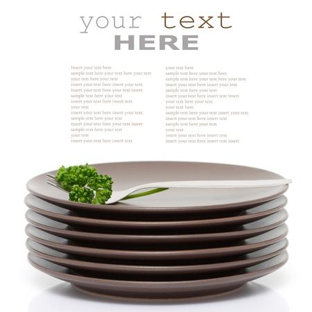 sample text: Pila de placas ronda marr�n con tenedor y perejil (con texto de ejemplo)