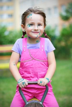 varicela: Chica linda con la varicela a jugar al aire libre Foto de archivo
