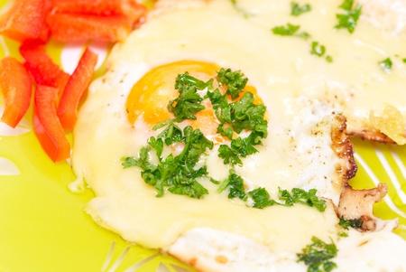 adn: Huevo frito con queso adn pimienta roja en una placa