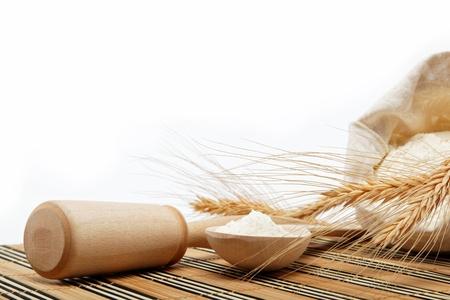 用木勺麵粉和小麥上的木桌上