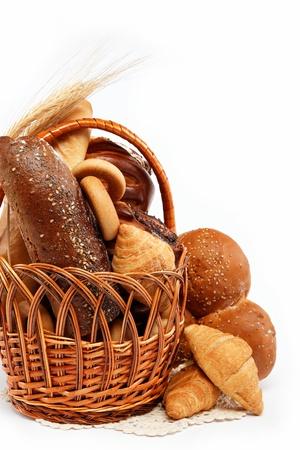 bread loaf: grande variet� di pane, still life isolato su un tavolo di legno su bianco.