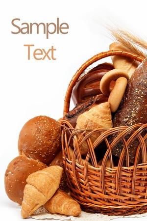 新鮮的麵包,適用於各種隔絕在白色。