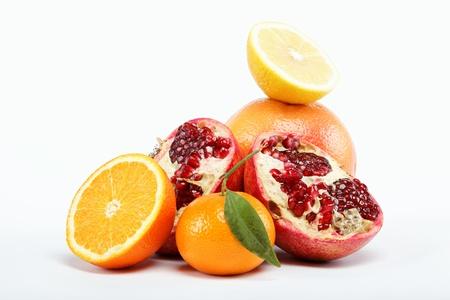 在白色背景上的熱帶水果。