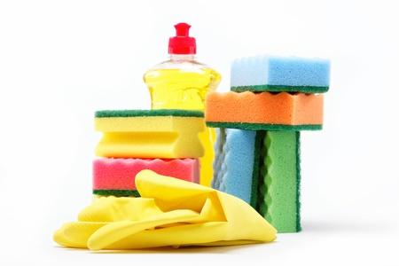 洗滌劑瓶,橡膠手套和清潔海綿在白色背景上。