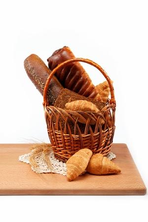 canasta de pan: Pan fresco en la cesta aislada.