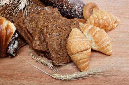 canasta de pan: gran variedad de pan, bodegón aislado sobre fondo blanco Foto de archivo