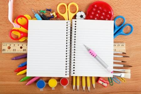 Kantoor en student accessoires geïsoleerd op witte