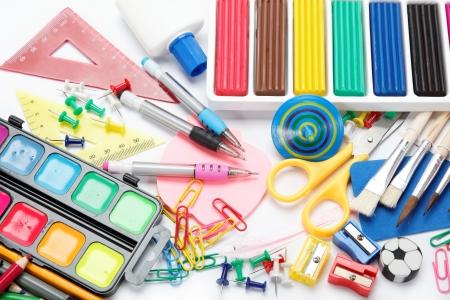 辦公及學生用品隔絕在白色背景回到學校的概念 版權商用圖片