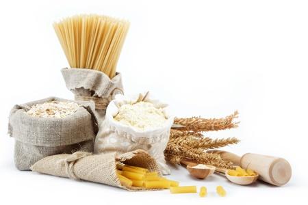 麵粉,穀類,麵食在一個帆布包和耳朵上的白色背景。 版權商用圖片