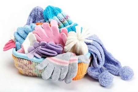 冬季配件收集帽子,圍巾和手套在容器中,在白色背景孤立