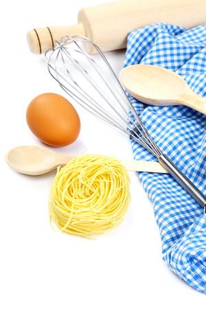 廚房用具和原料進行烹飪隔絕在白色背景。 版權商用圖片