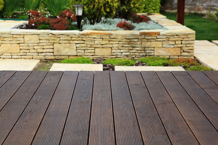 Wood floor over background beautiful modern decorative garden design. Standard-Bild
