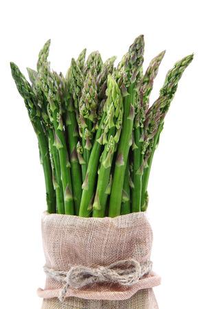 asperges: Verse groene asperges geïsoleerd op een witte achtergrond.