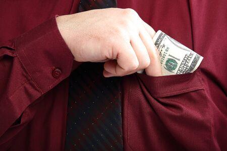 bolsa dinero: Hombre elegantemente vestido sale de su dinero bolsillo de la camisa. Foto de archivo