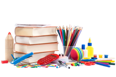 utiles escolares: Escuela y útiles de oficina en el fondo blanco. Volver a la escuela. Foto de archivo