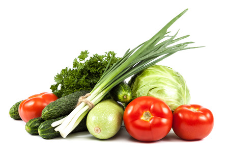 comidas saludables: Hortalizas frescas aisladas sobre un fondo blanco.