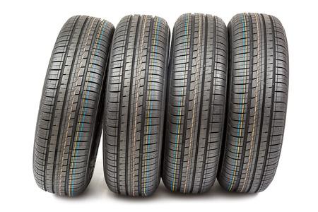 llantas: Neumáticos de coches aislados sobre fondo blanco. Foto de archivo