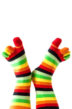 colegiala: calcetines de colores divertidos piernas femeninas aislados en un fondo blanco. Foto de archivo