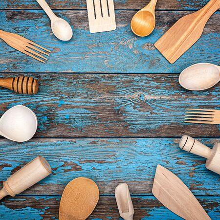 Stel keukengerei op een houten achtergrond. Accessoires voor het koken.