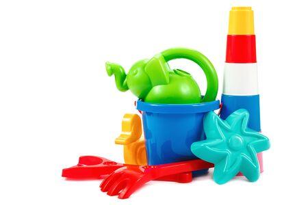 Giocattoli per bambini per giocare nella sabbia isolati su sfondo bianco.