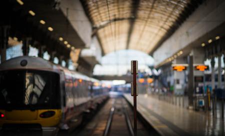 estacion de tren: Estación de tren de Paddington con un tren a punto de salir, mientras que el próximo tren espera para entrar.