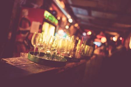 Een close up van een ruïne bar met drankjes in Boedapest. Stockfoto