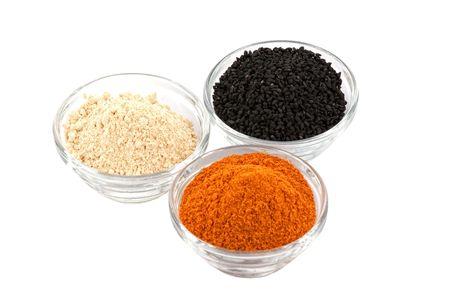 indian spices: diverse Indiase kruiden in glazen kommetjes