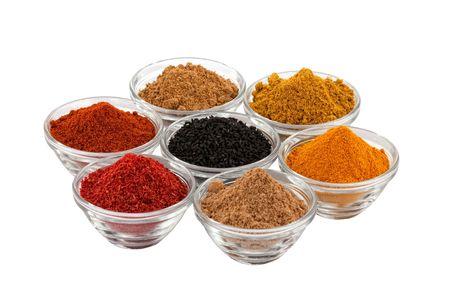 indian spices: verschillende Indiase kruiden in glazen schalen