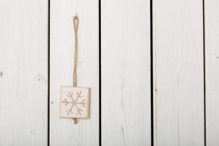 holz: Schneeflocke zur Dekoration auf Holz
