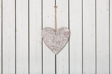 holz: Herz am Band auf Holz