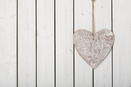 Herz am Band auf Holz