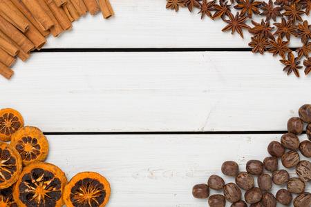 holz: Weihnachtliche Dekoration auf weissem Holz
