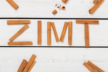buchstabe: Zimt auf weissem Holz geschrieben