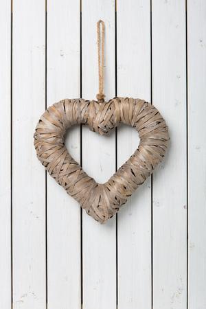 holz: Grosses Herz auf hellem Holz