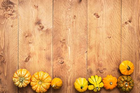 calabaza: Calabazas de colores sobre fondo de madera - Halloween, Acción de Gracias