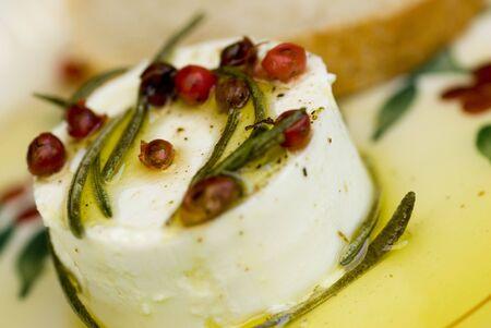 queso de cabra: franc�s fresco queso de cabra con aceite de oliva virgen extra, bayas y eneldo  Foto de archivo