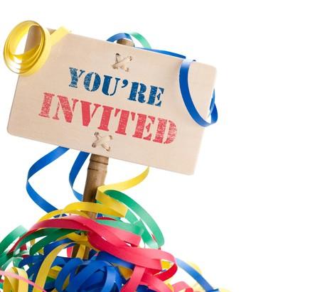 invito compleanno: pannello festa dove � scritto che siete invitati isolato su uno sfondo bianco