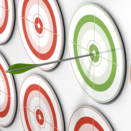 nesnel: one green target and an arrow hitting the center and many red targets Stok Fotoğraf