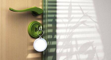 publicidad exterior: Llavero con hogar dulce hogar escrito en �l. la clave se inserta en un bloqueo, el identificador es visible y hay copyspace en el lado izquierdo de la imagen Foto de archivo
