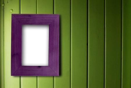 fixed: marco vac�o de p�rpura fijada en una pared de madera verde, el color de la parte interior del marco es blanco