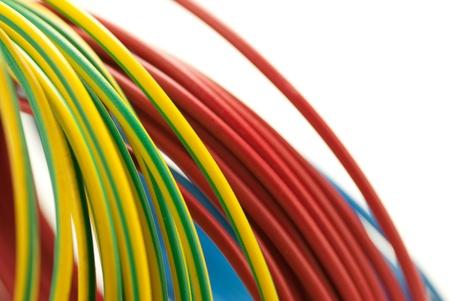 cables electricos: 3 colores cobre cables rojo, azul y verde amarillo aislados sobre fondo blanco