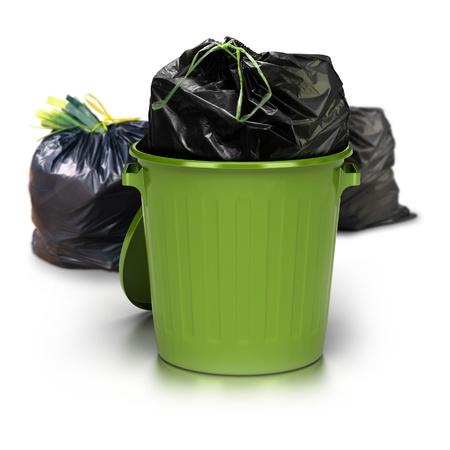 recolector de basura: basura verde puede sobre un fondo blanco con una bolsa de plástico cerrada en el interior y dos bolsas de plástico de otros en la parte trasera - foto de estudio, además de basura 3d Foto de archivo