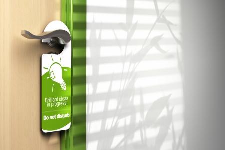 puerta verde: colgada en la puerta verde en un controlador con espacio para el texto en la pared en el lado derecho en el que muestra Foto de archivo