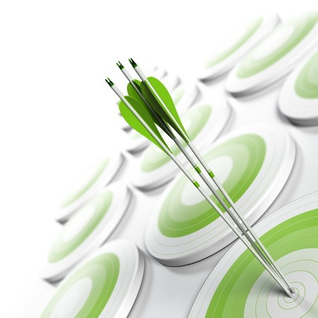 exito: muchos objetivos verdes y tres flechas que llegan al centro del objetivo, la reducci�n gradual de la imagen de verde a blanco con efecto de desenfoque, el marketing estrat�gico en formato cuadrado o el concepto de negocio una ventaja competitiva Foto de archivo