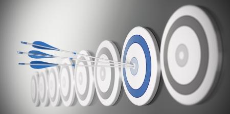 competitividad: tres flechas golpear el centro de un blanco azul, hay muchos objetivos en una fila con efecto de desenfoque Foto de archivo