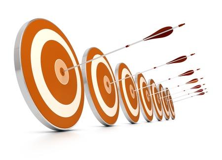 metas: muchos objetivos de naranja en una fila y flechas, siete, cada uno flechas dieron en el centro de un objetivo, la imagen sobre el fondo blanco, Foto de archivo