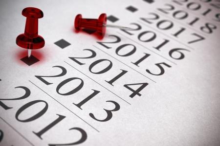 chronology: l�nea de tiempo con dos chinchetas uno est� se�alando en el a�o 2013, efecto borroso, profundidad de campo. Imagen Ilustraci�n 3D realista. Foto de archivo