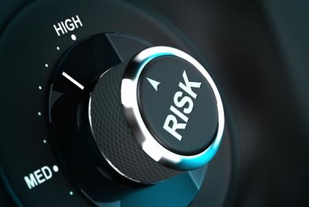 toma de decision: Bot�n con la palabra riesgo se�alando entre el nivel medio y alto, 3d adecuado para la gesti�n del riesgo o la toma de decisiones proceso situaci�n de la profundidad de campo