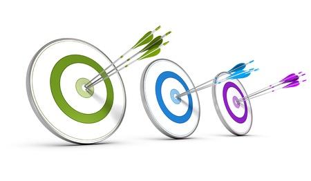 Tres objetivos de colores con flechas golpear el centro, concepto de imagen para el logro de los objetivos de negocio